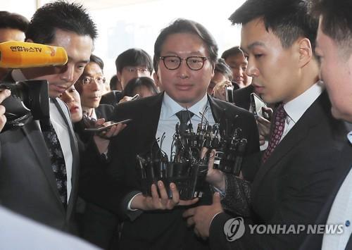 SK崔泰源会長を聴取 朴前大統領の収賄疑惑