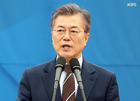 '전두환 표창' 발언 문재인, 광주서 항의받고 해명 '진땀'