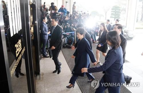 Park Apologizes before Entering Prosecution