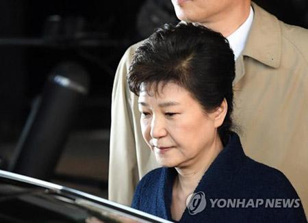 """[국내] 박 전 대통령, 21시간 넘는 조사 후 귀가…""""검토할 내용 많았다"""""""