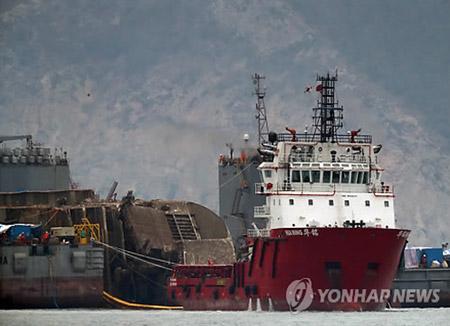 """""""世越号""""沉船固定于平底船后开始移向半潜水船"""