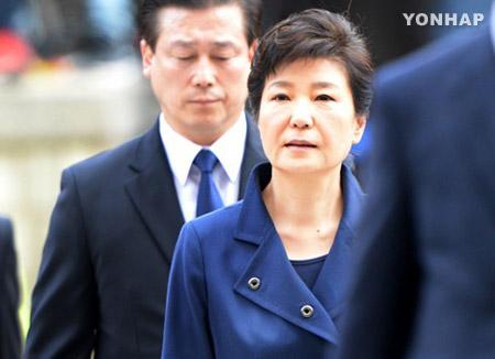 الرئيسة السابقة في المحكمة لحضور جلسة الاستماع في أمر الاعتقال