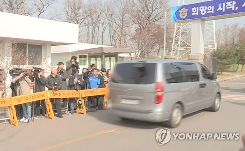 Prosecutors Grilling Ex-Pres. Park at Detention Center