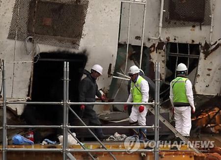 セウォル号船内捜索 韓国軍の遺骨発掘団が参加