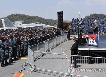 """방일 펜스 미국 부통령, 핵항모서 북한 견제…""""가장 위험한 위협"""""""