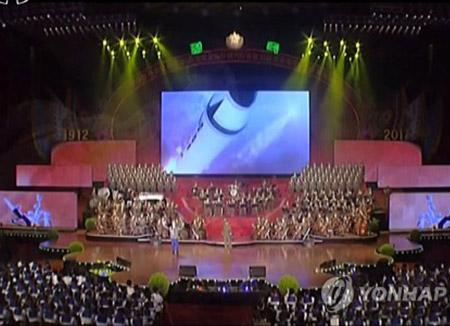 북한, 열병식 축하공연서 '미사일로 미국 공격' 영상 틀어