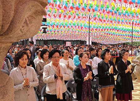 Peringatan Hari Lahir Buddha Diadakan di Setiap Kuil di Seluruh Korea