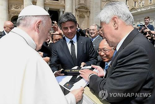 Papst Franziskus mit Ehrenurkunde für Taekwondo-Dan ausgezeichnet