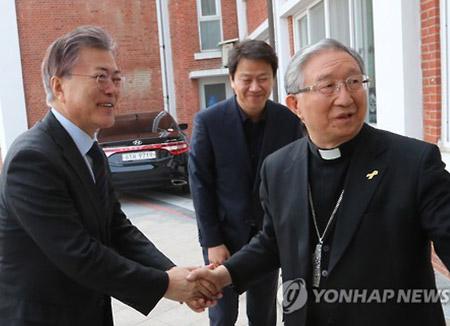 문 대통령, 교황청에 김희중 천주교주교회의 의장 특사로 파견