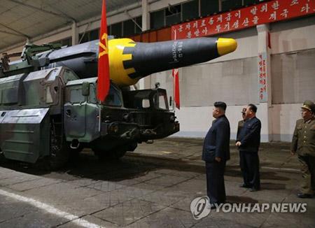 """""""'화성-12' 탄두, 작년 북한 공개 핵탄두 도면과 유사"""""""