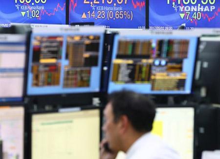 El parqué retrocede tras el desplome de la Bolsa de NY