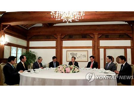 Moon Jae In se reúne con los líderes de los principales partidos