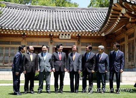 الرئس مون يعقد اجتماعا مع زعماء التكتلات البرلمانية للأحزاب السياسية