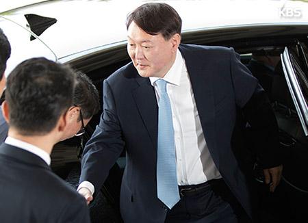 ソウル行政裁判所、 尹検事総長への職務停止命令の効力停止を決定