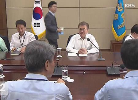 Moon Jae In mantiene un almuerzo de trabajo con representantes parlamentarios