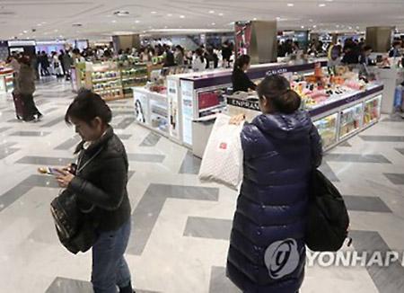 외국인 방문객 회복세···면세점 매출 석 달 만에 반등