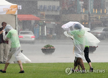 Heavy Rain Pounds Chungcheong, Gyeongsang
