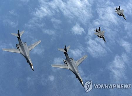 Deux bombardiers américains B-1B survolent la mer de l'Est