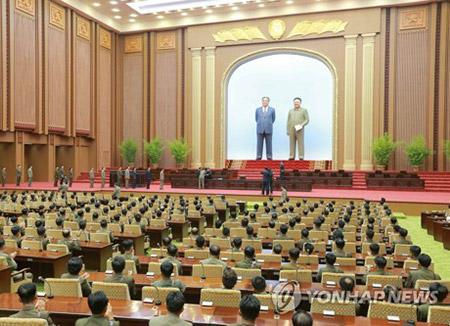 Kim Jon-un celebra con su súbditos lanzamiento de su misil