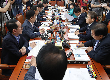 Rival Camps Discussing Extra Budget Plan and Bill on Reorganizing Gov't