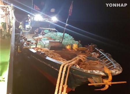 해경, 백령도 해상 불법 중국 어획물운반선 1척 나포