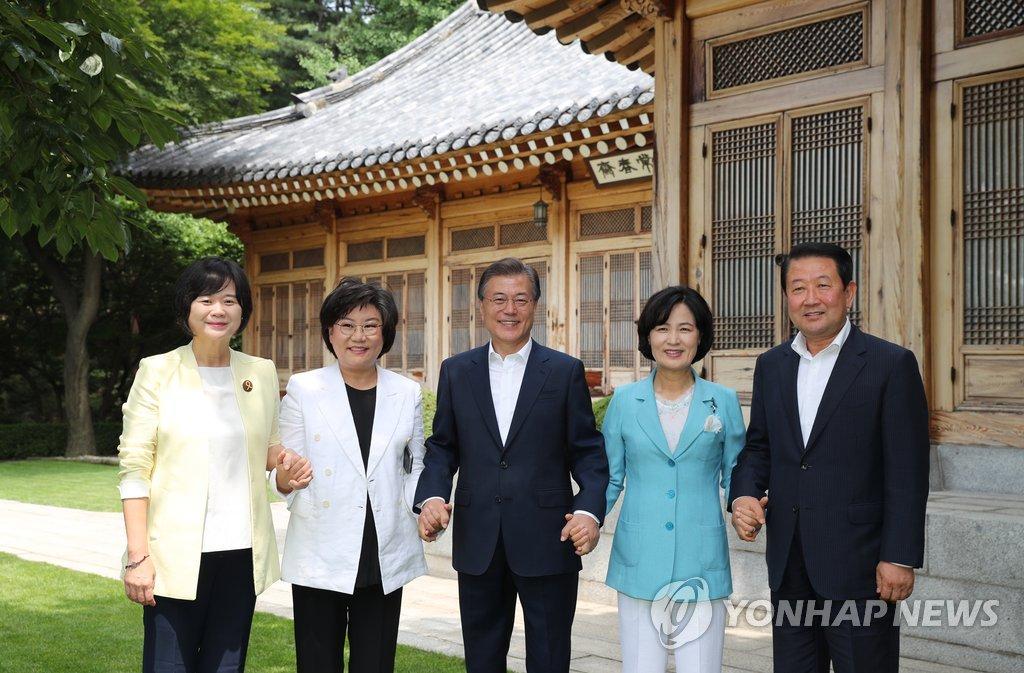 Президент РК Мун Чжэ Ин встретился с лидерами политических партий