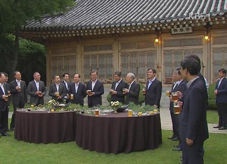 El presidente mantiene un primer encuentro con los empresarios