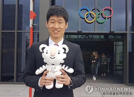 平昌五輪聖火リレーの第1走者 サッカーの朴智星