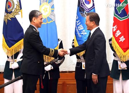 文总统向6位新任四星将军颁发任命状
