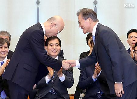 """문 대통령 """"방송 공공성 회복 중요…정권의 방송 장악 안돼"""""""