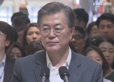 """문 대통령, """"병원비 가정 파탄 막겠다"""""""