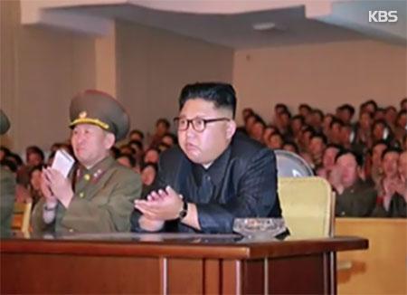 Kim Jong-un se fait briefer sur un plan pour tirer des missiles vers l'île de Guam