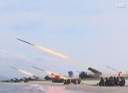 北韓の新型誘導兵器発射実験 短距離ミサイルか