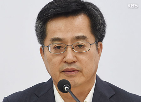 Finance Minister: Gov't Not Mulling Real Estate Holding Tax Hike