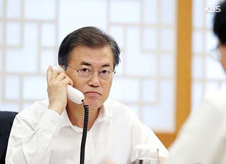 Moon Jae-in s'entretient au téléphone avec le président français et le Premier ministre australien
