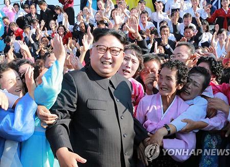 북한 김정은, 오지 근무 자원 교원들 만나 격려