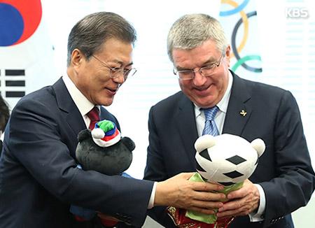"""문 대통령, IOC 위원장 접견…""""평창 올림픽 성공 개최로 한반도 안보 불안 불식"""""""