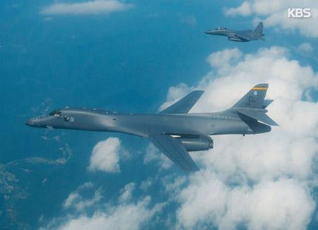 Démonstration de force de bombardiers américains au dessus de la côte orientale de la Corée du Nord