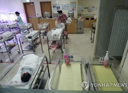 政府、出産・育児の負担軽減発表