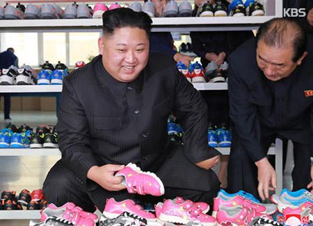 Kim Jong-un besichtigt Schuhfabrik