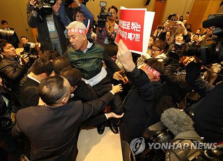 韓米FTA公聴会 畜産団体の反発で20分で終わる