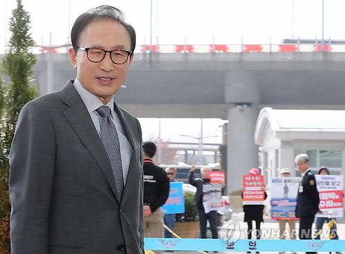 Экс-президент РК Ли Мён Бак сомневается в эффективности работы правительства