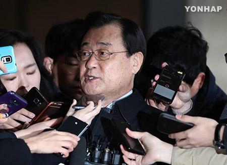 """이병기 전 국정원장 검찰 출석...""""국민께 심려끼쳐 송구"""""""