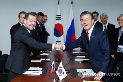 Presiden Moon Bertemu dengan PM Rusia Medvedev