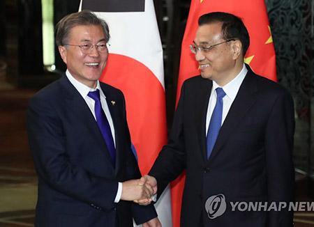 Presiden Moon Jae-in Bertemu PM Cina Li Keqiang di Manila