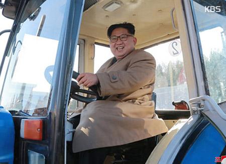 Kim Jong-un Meninjau Pabrik Produksi Traktor