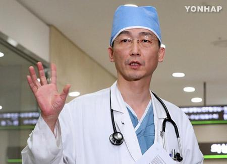"""귀순 북한 병사 2차 수술…""""손상된 조직 절제"""""""