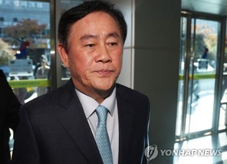 检方对前企划财政部长官崔炅焕的办公室和住宅展开搜查