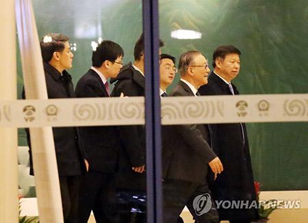 Kim Jong Un visita una fábrica de automóviles