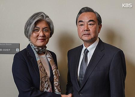 La ministra de Exteriores realiza su primera visita a China